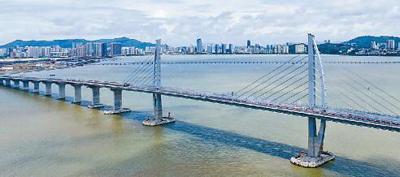 港珠澳大桥是连接香港、珠海、澳门的超大型跨海通道,以其55公里