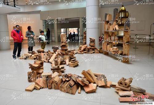 """该作品是一本本由木头雕刻成的""""书"""""""