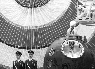 本报北京12月27日电(记者 叶乐峰)12月27日,国务院新闻办召开发布会发表《2016中国的航天》白皮书,总结了2011年以来中国航天的主要进展,提出了未来五年的发展重点和政策措施。发布会上,中国国家航天局相关负责人对白皮书进行了解读。 首次提出航天强国发展愿景 中国国家航天局副局长吴艳华表示,今年是中国航天事业创建60周年,也是十三五开局之年,《2016中国的航天》白皮书与上部白皮书相比,既体现了继承性,又有一些新的变化和亮点。 白皮书首次提出了航天强国发展愿景,这是一个突出亮点。白皮书从创新发展能