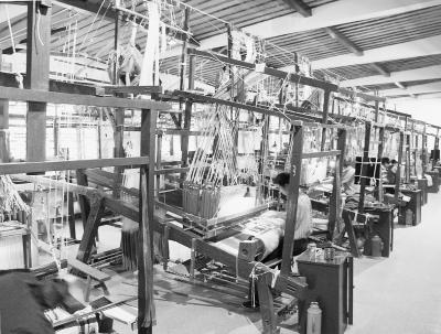 花本大花楼提花机的工作原理中得到启发,发明了贾卡提花机,其后电报机