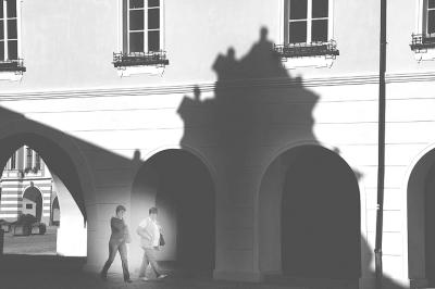 午后强烈的光线将一座典型欧式房顶的光影投射在另一栋楼房上,走进
