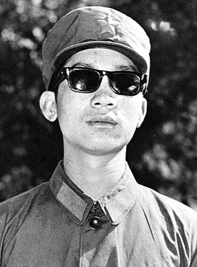 新华社北京4月24日电 史光柱是中国人民解放军著名战斗英雄,全国自强模范,被誉为中国的保尔柯察金。1963年出生于云南省马龙县。在小学和中学期间,他刻苦学习功课,乐于帮助别人,是品学兼优的好学生。1979年8月加入中国共产主义青年团。1979年初,西南边境自卫还击作战开始后,史光柱为这次作战中涌现出来的英雄模范所感动,决心参军报国。