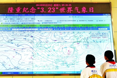23日,山东省邹平县小学生在气象局了解天气预报的知识.董乃德-