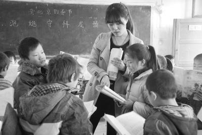 大四音乐专业学生赵梦莎在新乡市红旗渠洪门镇原堤小学顶岗实习.
