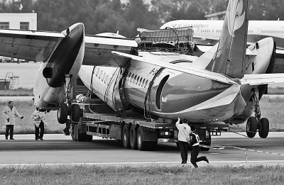 幸福航空事故飞机被拖走              《光明日报》( 2015年05月11