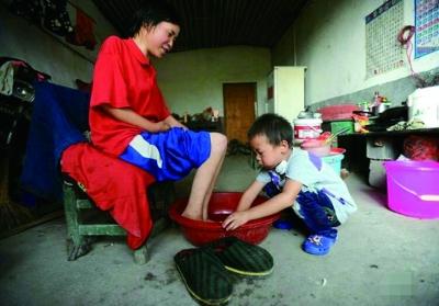 乖巧的农家孩子给妈妈洗脚,满满正能量. 王琳峰摄