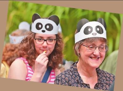 """人们在华盛顿国家动物园排队参加大熊猫""""宝宝""""的"""