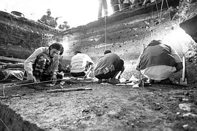 弗洛里斯岛梁布亚洞穴挖掘现场.资料图片
