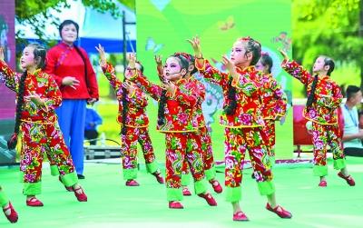 小浦幼儿园和小浦小学的孩子们登台演出,用多个经典的京剧选段表演