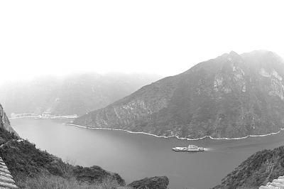 下图展现的是航拍镜头中的长江三峡秀美风光.