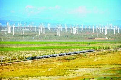 驶过天山脚下的兰新线列车,新疆乌鲁木齐