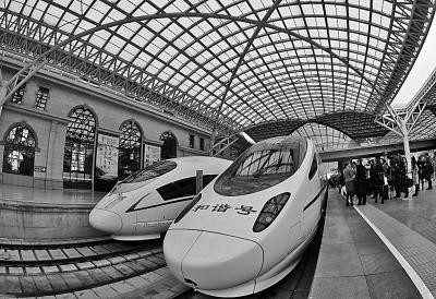 图为青岛火车站内,两列青荣城际铁路动车组整装待发.唐克摄/光明图片