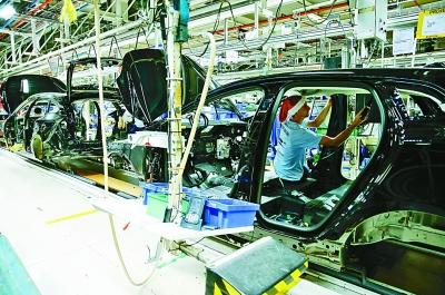 12月18日,汽车装配线上的工人正在忙碌.新华社发