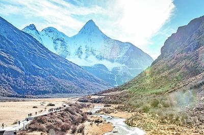 四川省甘孜藏族自治州稻城县近年来不断加强旅游环境建设,提升