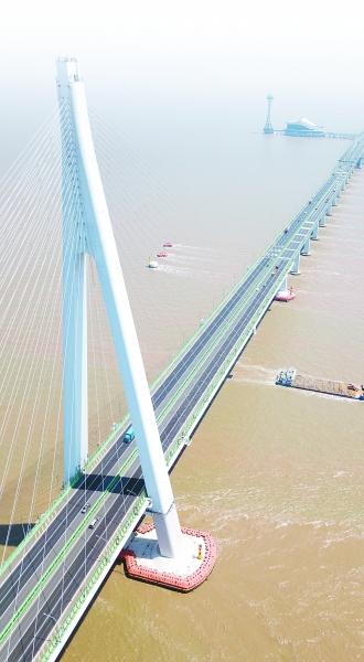 杭州湾跨海大桥如长龙卧波,提升了长三角一体化和开放程度.
