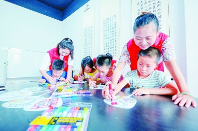 长兴县和平镇党员志愿者带着孩子一起了解移风易俗相关内容。光明图片/视觉中国